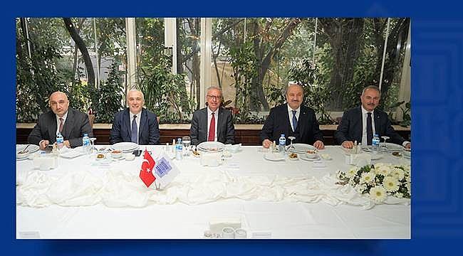 TBB Yönetim Kurulu, Türkiye İş Bankası Genel Müdürü Adnan Bali'ye teşekkür plaketi verdi